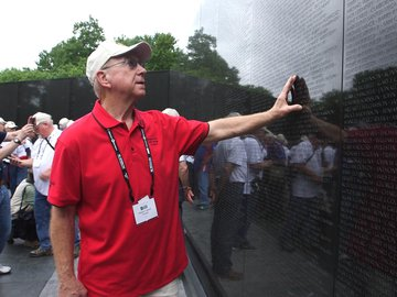 Guy touching The Wall_honor flight